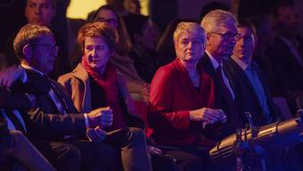 """Prominenz im Publikum: Bundesrätin Simonetta Sommaruga (Mitte) schaut sich zusammen mit der Zürcher Regierungsrätin Jacqueline Fehr (rechts) und Regierungsrat Urs Hofmann (links) das Gefängnis-Theater """"In der Mühle"""" an."""