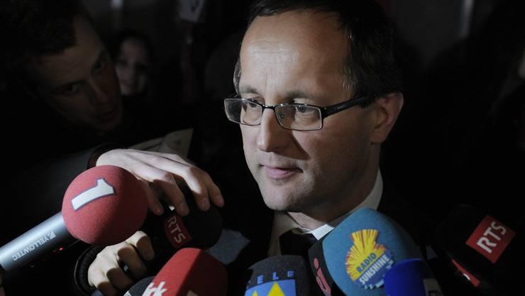 Staatsanwalt Dominik Aufdenblatten beantwortet die Fragen der Journalisten.
