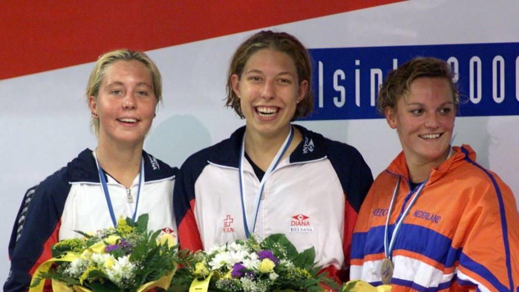 EM-Doppelsieg 2000 für die Schweiz über 800 m Crawl durch Flavia Rigamonti (Bildmitte) und Chantal Strasser (links)