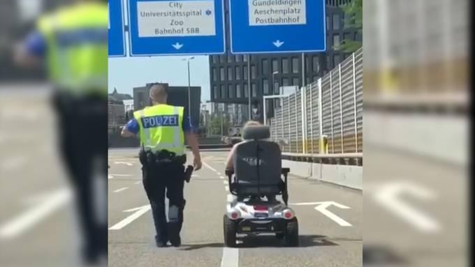 Frau verirrt sich mit Elektro-Rollstuhl auf A2