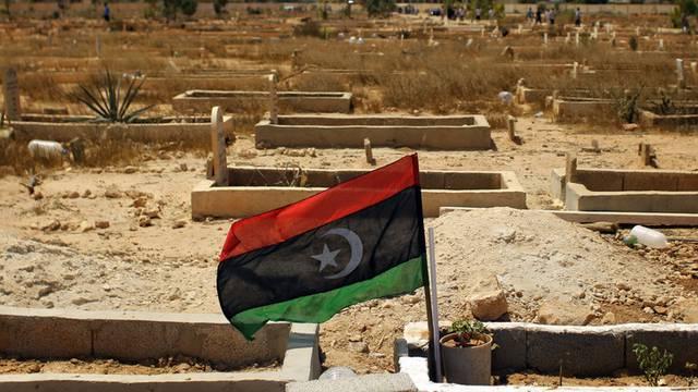Die Flagge der libyschen Rebellen auf einem Grab eines gefallenen Kämpfers (Archiv)