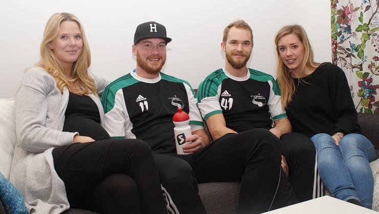 Vier fröhliche Schweden in Zuchwil: Henrik Olofsson (Zweiter von links) mit seiner hochschwangeren Freundin Linda (links), Isaac Rosén mit Freundin Julia.