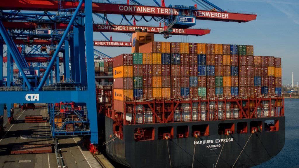 Die Wirtschaft in den EU-Ländern befindet sich im Aufschwung, hier ein Containerschiff im Hamburger Hafen. (Archiv)