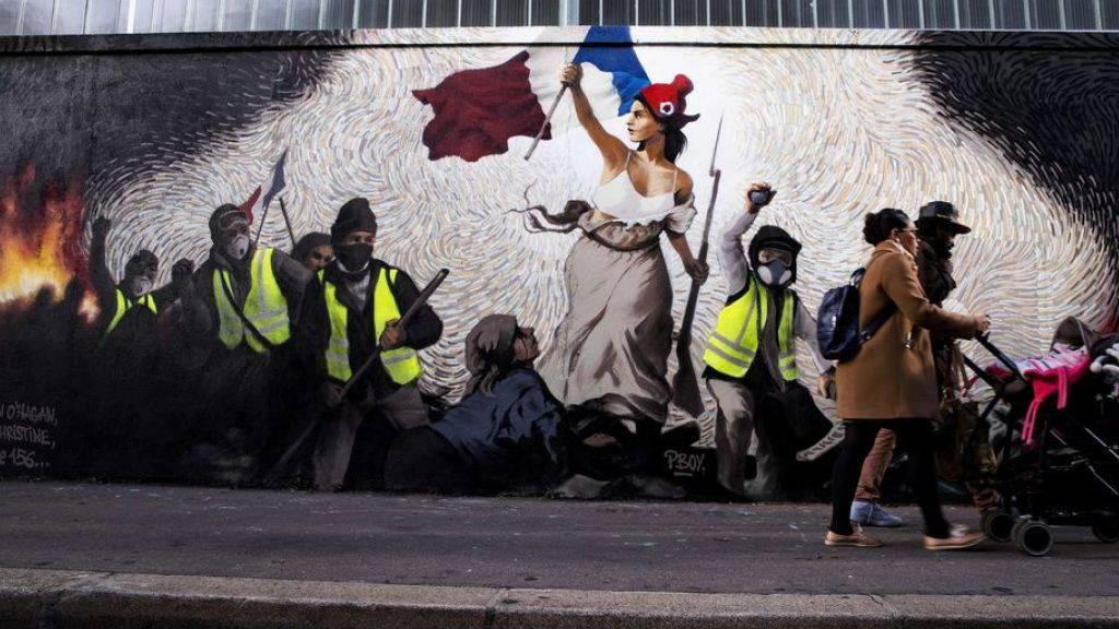 Mit seinem Wandgemälde, das Eugène Delacroix' Werk «Die Freiheit führt das Volk» nachempfunden ist, solidarisiert sich der Künstler  Pascal Boyart in Paris mit der Bewegung der Gelbwesten.