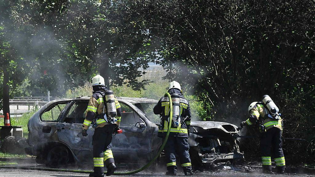 Schrottreif: Ein Auto geriet auf dem A2-Rastplatz Teufengraben im Kanton Solothurn in Brand.