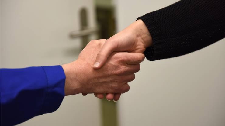 Zusätzliche Gesetzesgrundlagen für den Handschlag sind aus Sicht der Landesregierung nicht nötig. (Symbolbild)