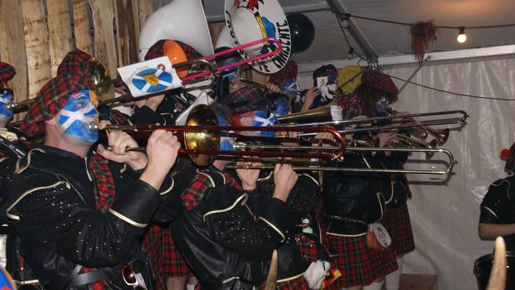 Posaune, Trompete und Sousafon statt Dudelsack: Die ansonsten ganz stilechten Schotten der «Prototype Chaischte». (Bild Thomas Stöckli)