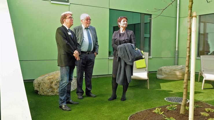 Im grünen Innenhof (v. l.): Direktor Thomas Holliger, Gemeindeverbandspräsident Beat Rüetschi, Regierungsrätin Franziska Roth.