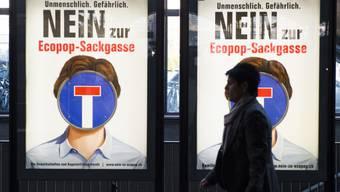 Zwei Plakate werben für ein Nein zur Ecopop-Initiative (Archiv)