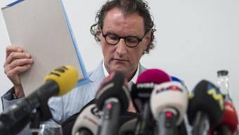 Geri Müller stellte sich Mitte August 2014 den Medien, nachdem die Badener Stadtregierung entschieden hatte, ihm wegen der Nacktbilder-Affäre gewisse Führungs- und Repräsentativaufgaben zu entziehen. (Archiv)