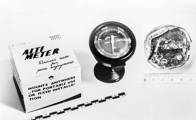 Den Zündungsimpuls der Bombe löste ein Höhenmesser aus. Links ein neues, rechts die Überreste eines Geräts, das in Würenlingen gefunden wurde.