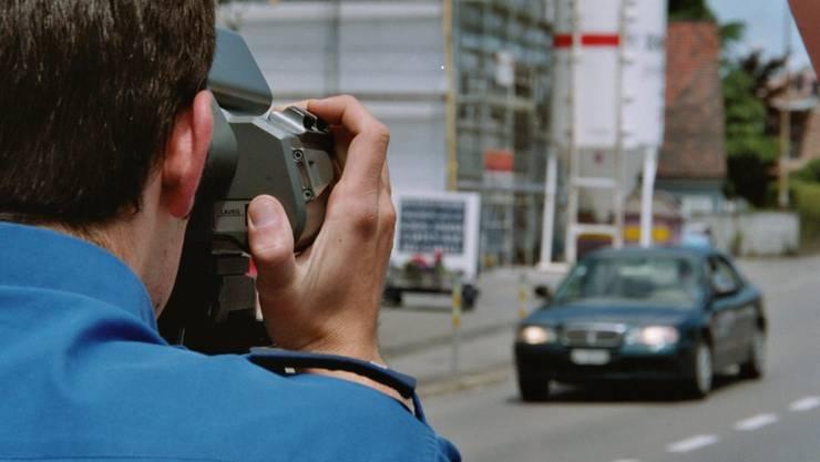 Die Polizei hat im Kanton St. Gallen einen Raser im Tempo-80-Bereich mit einer Geschwindigkeit von 151 km/h erwischt. (Symbolbild)