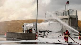Feuerwehr und Chemiewehr üben den Ernstfall bei Swisspor