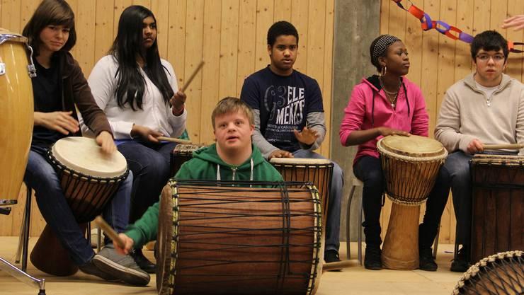 Zur Begrüssung zeigten die Schüler rhythmisches Feingefühl. sf