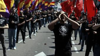 Demonstranten in Madrid mit republikanischen (l.) und kommunistischen Fahnen