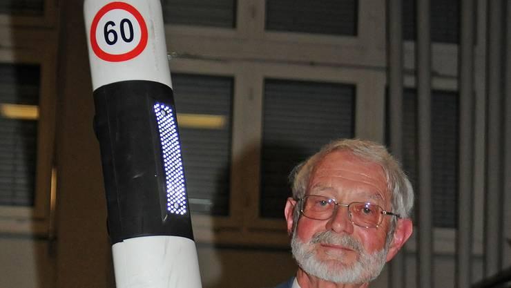 Hans-Rudolf Lüscher präsentiert eine konkrete Lösung für eine wiederholte Geschwindigkeitssignalisation.
