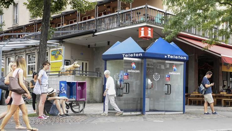 Am Barfüsserplatz herrscht reger Betrieb, doch die Telefonkabinen bleiben leer.