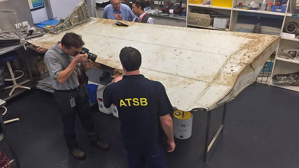 Experten untersuchen ein Stück der verschwundenen Malaysia-Airlines-Maschine: Die Überresten deuten darauf hin, dass das Flugzeug nicht auf dem Wasser zu landen versuchte. (Archivbild)