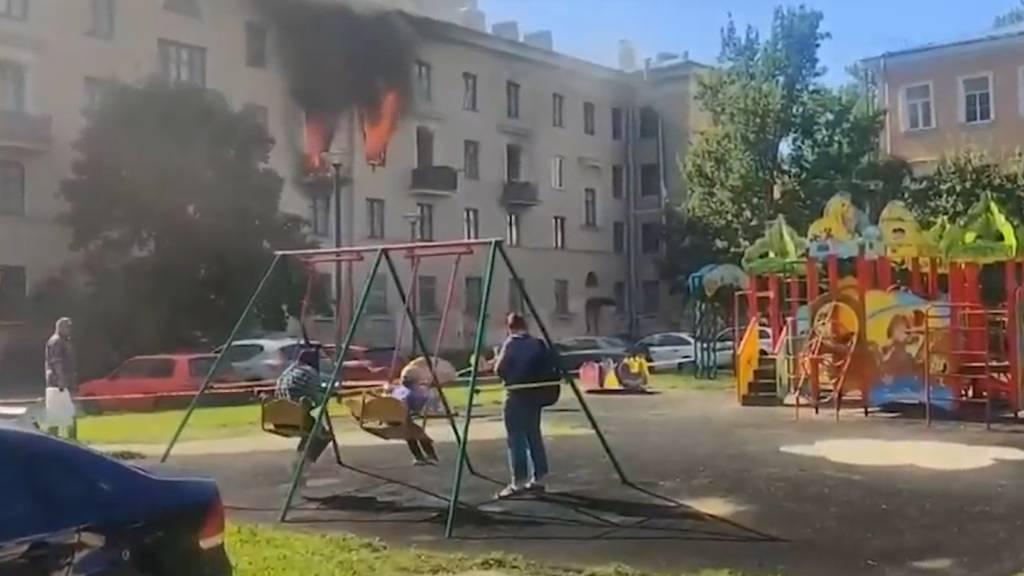 Kinder schaukeln seelenruhig, während Haus brennt