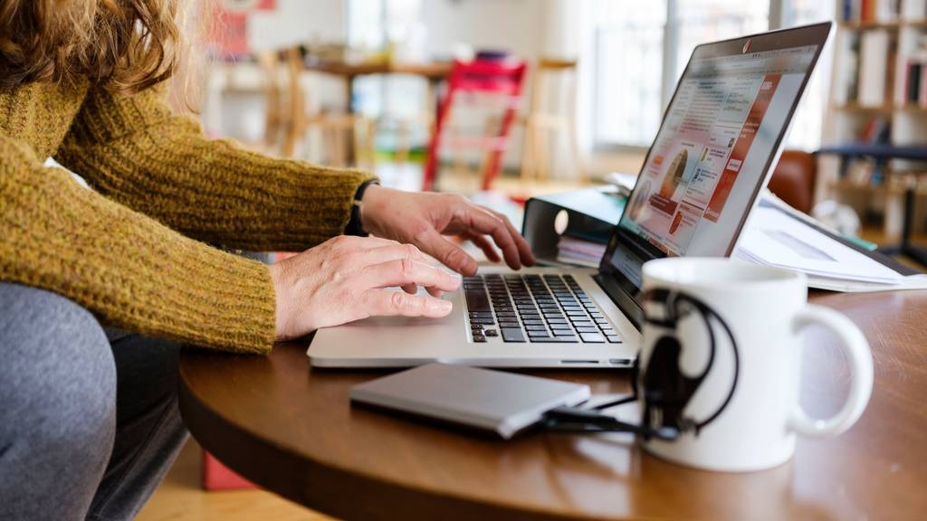 Wer nicht von zuhause aus arbeiten kann, wird Ferientage opfern oder einen Lohnausfall in Kauf nehmen müssen.