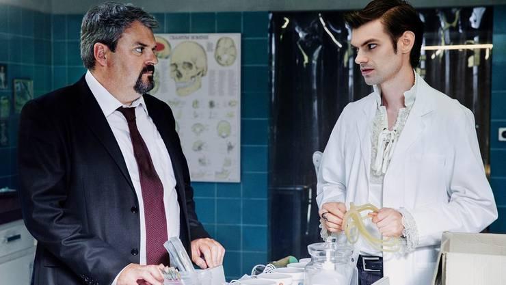 Nach dem Tod beginnt ihre Arbeit – Luc und Fabio aka Mike und Reto in der Bestatter-Werkstatt.