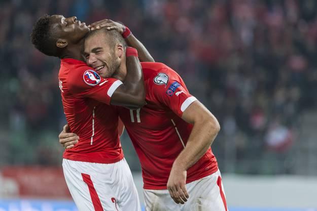 Embolo herzt Derdiyok nach seinem Treffer.