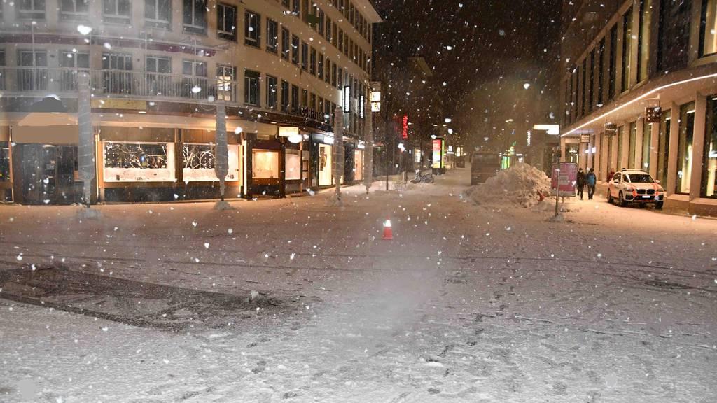 Beim Schneeräumen: Lastwagen fährt rückwärts in Fussgängerin