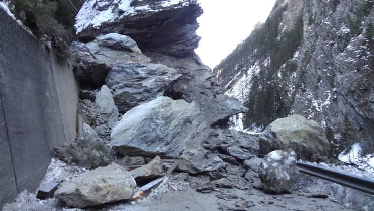 Die Felsbrocken türmten sich bis zu acht Metern Höhe auf der Strecke ins Samnaun.
