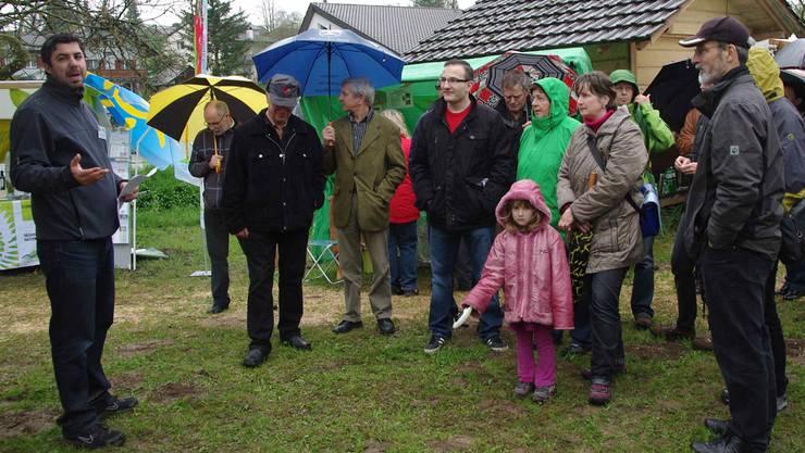 Alessandro Ferrugia, stellvertretender Geschäftsleiter des Juraparks Aargau, führt die Besucher durch das Jurapark-Dorf Wegenstetten. Fotos: hcw