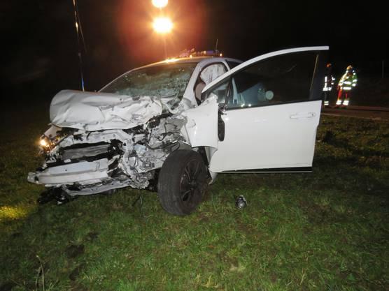 Das demolierte Auto zeugt von der Wucht der Kollision.