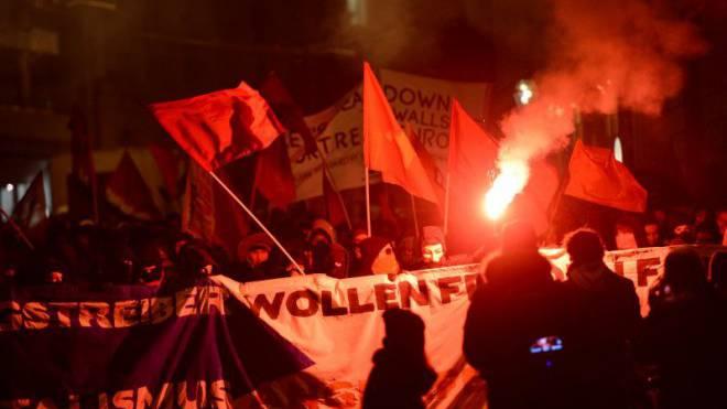 Parallelen zur Ultrabewegung: Der Schwarze Block demonstrierte 2014 in Basel mit Fahnen und Bengalen gegen die OSZE. Foto: Juri Junkov