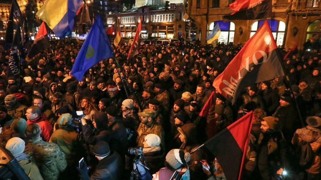 In der Nacht zum Dienstag versammelten sich etwa 1000 rechte Aktivisten auf dem Maidan in Kiew.