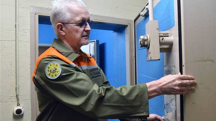 Karl Hammer Kommandant Regionale Zivilschutzorganisation Thal im Zivilschutzkeller unterhalb des Feuerwehrmagazins Litzi beim Kontrollieren der Dichtungen und der Schliessmechanismen.
