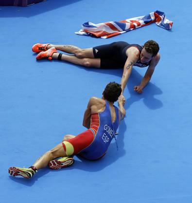 Der Goldmedaillengewinner Alistair Brownlee und der Silbermedaillengewinner Javier Gomez gratulieren sich gegenseitig
