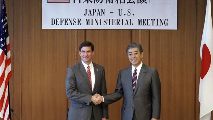 US-Verteidigungsminister Mark Esper (links) und sein japanischer Amtskollege Takeshi Iwaya (rechts) vor ihren Gesprächen in Tokio.