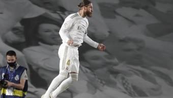 Sergio Ramos feiert seinen Penaltytreffer fliegend