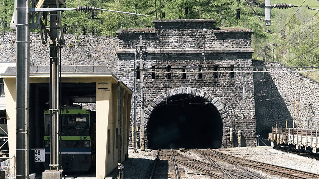 Der Bahnverkehr durch den Lötschberg-Scheiteltunnel wurde am Dienstagnachmittag unterbrochen.