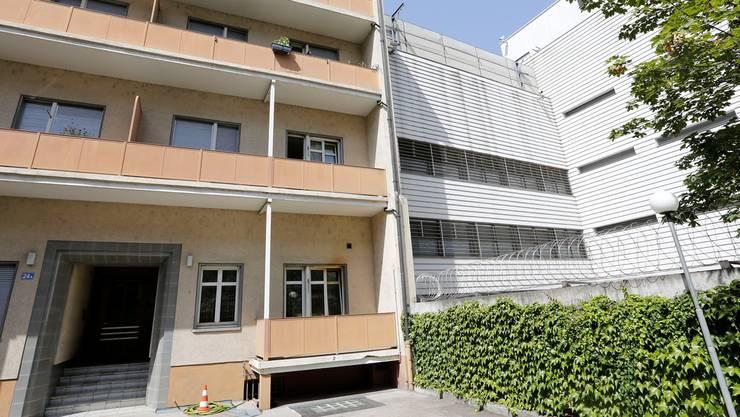 Durch das Wohnhaus (links) an der Inneren Margarethenstrasse neben dem Gefängnis Waaghof konnten die Täter entkommen. Kenneth Nars