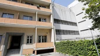 Durch das Wohnhaus (links) an der Inneren Margarethenstrasse brach Bojan S. aus dem Gefängnis Waaghof aus.