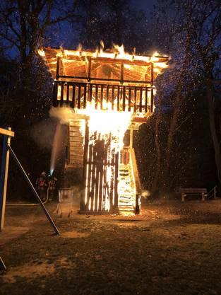 Allschwil BL, 19. November: Ein Holzturm brannte lichterloh auf einem Spielplatz. Verletzt wurde niemand, die Polizei sucht Zeugen.