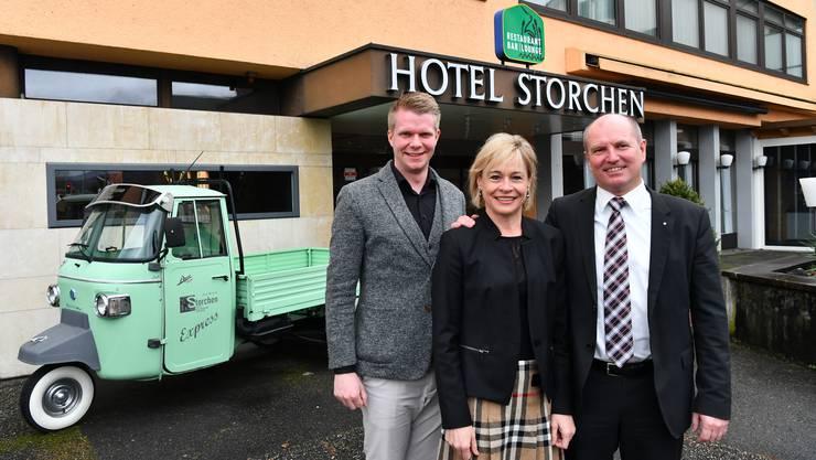Monika und Peter Lustenberger mit Hoteldirektor Lukas Fritschi (links) vor dem Hotel Storchen in Schönenwerd.