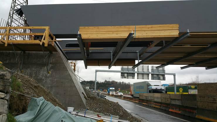 Die neue Brücke über die Autobahn A1 in Birmenstorf ist in der Nacht auf Donnerstag fertig montiert worden.