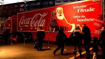 Der auch in der Schweiz bekannte Coca-Cola-Truck ist in Grossbritannien in die Kritik geraten, weil es Zuckergetränke gratis gibt. (Archivbild)