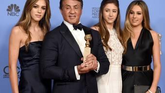 Sylvester Stallone mit seinen drei Töchtern Sophia, Scarlet, und Sistine Stallone bei den Golden Globes in diesem Januar. Bei der nächsten Verleihung sollen angeblich die drei Stallone-Schwestern Miss Golden Globe, also Ehrendamen, werden. (Archivbild)