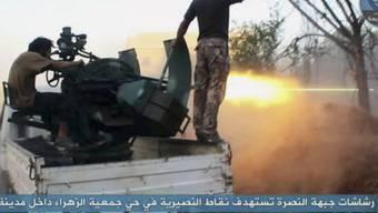 Die Al-Nusra-Front - hier ein Twitter-Bild von Anfang Juli - bietet den syrischen Kämpfern weiterhin grossen Widerstand. (Archiv)