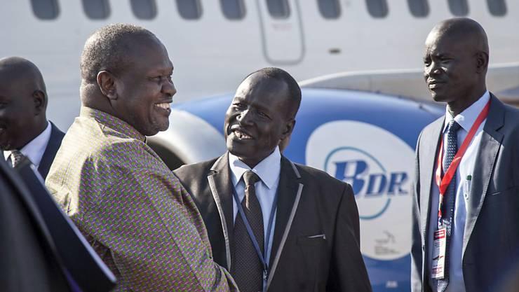 Der südsudanesische Rebellenführer Riek Machar (l.) wird nach zwei Jahren im Exil bei der Rückkehr in sein Heimatland begrüsst.