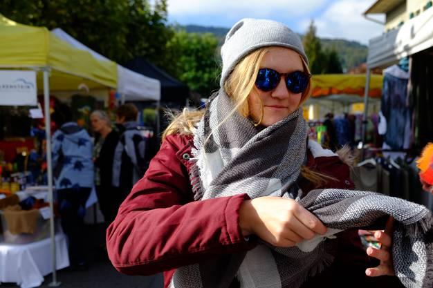 Die Besucher am Reinacher Markt sind in Herbstlaune: Am Stand des Vereins für Pilzkunde wird eifrig diskutiert, die Reinacherin Céline Moser hat nebenan einen passenden Schal gefunden, und Elisabeth Schlatter berät eine Kundin beim Korbkauf.