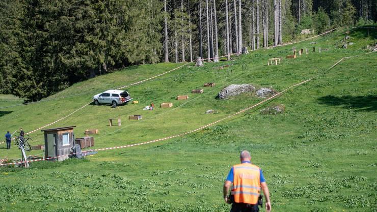 Bei den Revisionsarbeiten der Titlis Gondelbahn zwischen Engelberg und Trübsee ereignete sich auf der Gerschnialp ein tragischer Arbeitsunfall. Im Bild ein Mitarbeiter der Kantonspolizei Obwalden bei den Ermittlungen zum Unfallhergang.