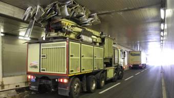 Der Lastwagen blieb im Tunnel zwischen Biberbrugg und Schindellegi stecken und blockierte die Durchfahrt.