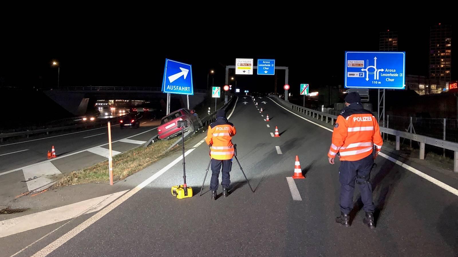 Polizisten der Kantonspolizei Graubünden halten die Details des Unfalls fest.